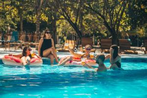 The swimming pool at or close to Viajero Hostel Tayrona & Ecohabs