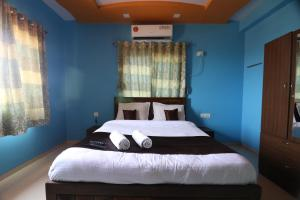 A bed or beds in a room at 8 BHK SAIMAULI BUNGLOW