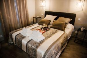 A bed or beds in a room at La Suite Romantique avec Jacuzzi au Cœur de Perpignan
