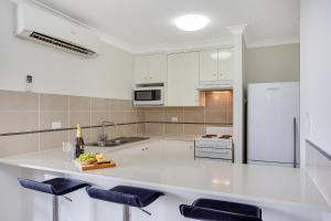A kitchen or kitchenette at Broadbeach Pacific Resort