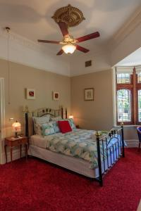 A bed or beds in a room at The Oaks Lilydale Accommodation