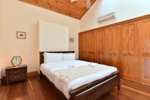 A bed or beds in a room at Bon Villa Vineyard Estate - luxury set right in the Vines and Pokolbin Central