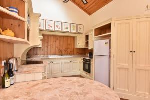 A kitchen or kitchenette at Bon Villa Vineyard Estate - luxury set right in the Vines and Pokolbin Central