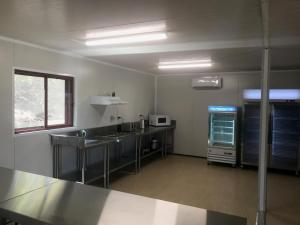 A kitchen or kitchenette at Peoples Park