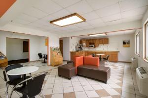 Гостиная зона в Motel 6-Davenport, IA
