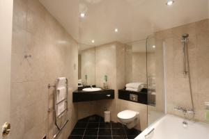 A bathroom at Stoke By Nayland Hotel, Golf & Spa