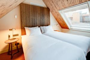 A bed or beds in a room at Hotel van de Vijsel