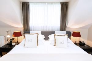 A bed or beds in a room at Lesar Hotel Angel - Member of Hip Hotels