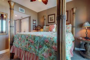 A bed or beds in a room at Portofino #1103