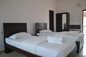 A bed or beds in a room at Daswal B&B Hotel