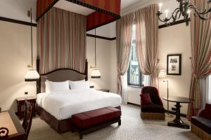 A bed or beds in a room at Hotel Des Indes The Hague