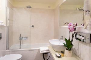 A bathroom at Hotel L'Antico Pozzo
