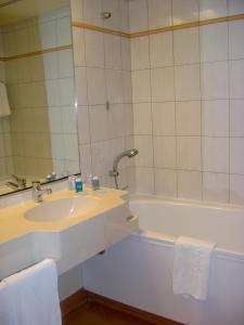 Salle de bains dans l'établissement Hôtel des Thermes Les Dômes