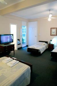 Una cama o camas en una habitación de Hotel Colonial Salta