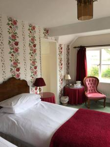 A bed or beds in a room at Holdfast Cottage Hotel