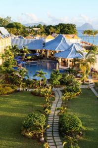 Uitzicht op het zwembad bij Pearle Beach Resort & Spa of in de buurt