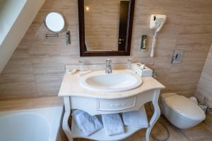 A bathroom at Attache Hotel