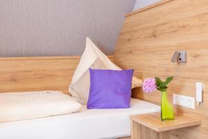 Ein Bett oder Betten in einem Zimmer der Unterkunft Hotel Reinhardtshof Garni