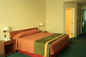 A bed or beds in a room at Hotel Diego de Almagro Aeropuerto