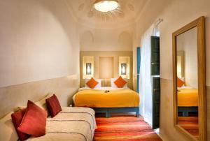 Ein Bett oder Betten in einem Zimmer der Unterkunft Hotel & Spa Dar Baraka & Karam