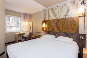 A bed or beds in a room at Ibis Brussels City Centre