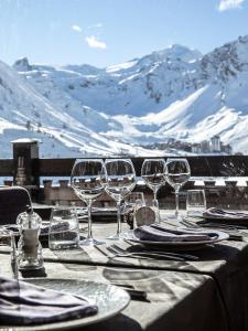 Un restaurante o sitio para comer en Les Campanules Hôtels-Chalets de Tradition