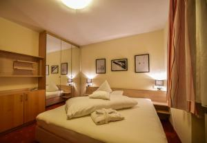 A bed or beds in a room at DAS ADLER PALMA