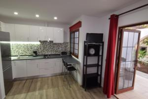 A kitchen or kitchenette at Parque Golf Bungalows
