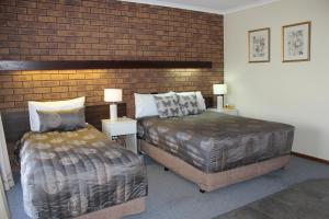 A bed or beds in a room at Dunolly Golden Triangle Motel