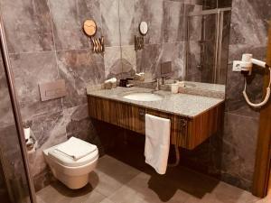 A bathroom at Tehran Boutique Hotel