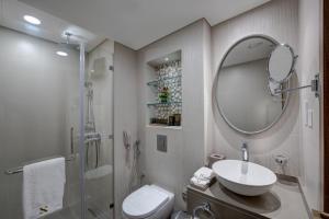 A bathroom at The S Hotel Al Barsha