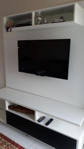 Una televisión o centro de entretenimiento en Condominio Estrela do mar