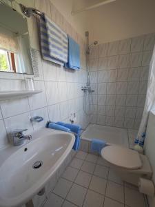 A bathroom at Landgasthof Zum Schwarzen Grat