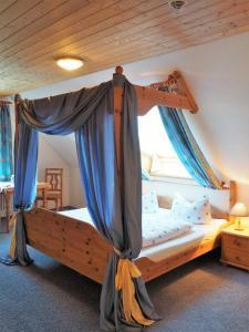 A bed or beds in a room at Landgasthof Zum Schwarzen Grat
