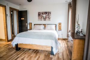 A bed or beds in a room at Gîte du Haut des Arbres