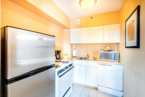 A kitchen or kitchenette at One Washington Circle-A Modus Hotel