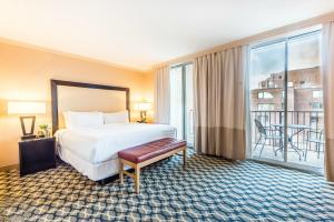 A bed or beds in a room at One Washington Circle-A Modus Hotel