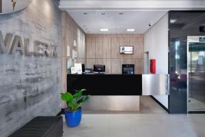 The lobby or reception area at Hotel Valerim Itajaí / Navegantes