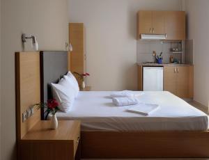 Ein Bett oder Betten in einem Zimmer der Unterkunft Niriides Studios and Apartments