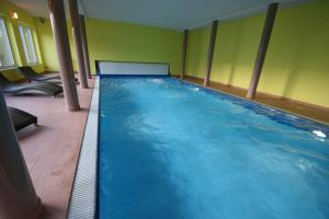 The swimming pool at or close to Hotel Restaurant Tychon AG
