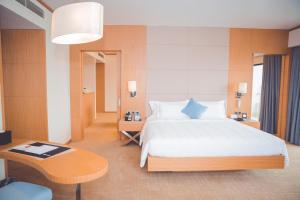 Un ou plusieurs lits dans un hébergement de l'établissement Wyndham Legend Halong