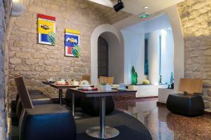 מסעדה או מקום אחר לאכול בו ב-Select Hotel