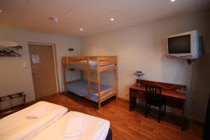 Våningssäng eller våningssängar i ett rum på Hotell Linnéa