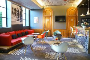 A restaurant or other place to eat at ibis Douai Centre