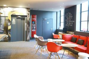 The lounge or bar area at ibis Douai Centre