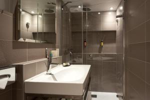 A bathroom at Hôtel Vic Eiffel