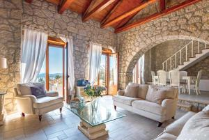 Χώρος καθιστικού στο Perigiali Villa Sleeps 6 Air Con WiFi