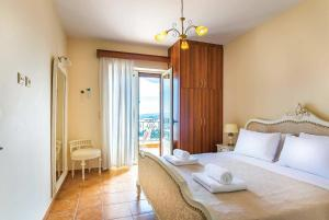 Ένα ή περισσότερα κρεβάτια σε δωμάτιο στο Perigiali Villa Sleeps 6 Air Con WiFi