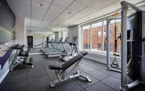 The fitness center and/or fitness facilities at Graduate Seattle