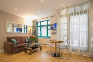 A seating area at Temple Bar District Apartments